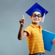 nino-orgulloso-con-gafas-y-gorro-de-graduacion_1098-3424
